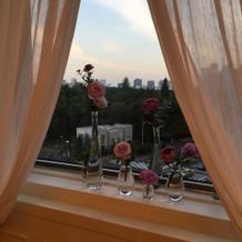 日比谷公園を望む窓の装花