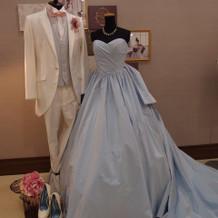 こじはるデザインのドレス。