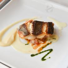 B)鮮魚のポワレ ブイヤベースのソース