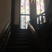 階段のステンドグラスも素敵でした。