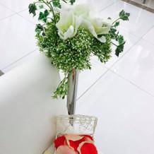 式場に飾られている造花とフラワーシャワー