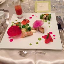 色鮮やかで見た目も華やかな料理。