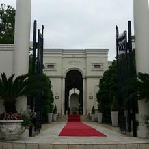 立派な門構えと赤い絨毯が特徴的です