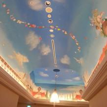 挙式会場へ向かう廊下装飾