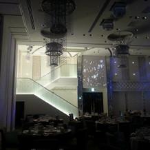 披露宴会場階段で2階から登場!