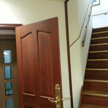 エレベーターの扉が雰囲気を壊わしません