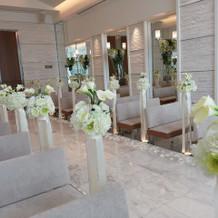 挙式会場は白が基調で明るいイメージ