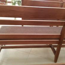 挙式会場の椅子はクッション製です