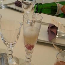 シャンパンを注ぐと色が変わります