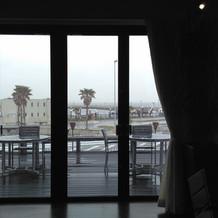 開閉式窓と外の景色