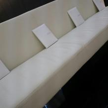 チャペルの席は珍しいソファ型