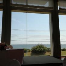 晴れの日はとても明るく海も輝いてます