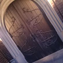 扉も歴史ある一品