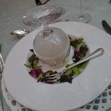 燻製のスモークをグラスで閉じ込めています