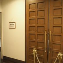 バージンロードの前の扉