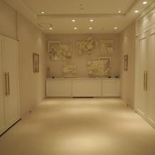 チャペル前室(右がチャペル、左が親族控室
