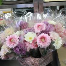 ゲストテーブル装花→帰りは一人用花束へ