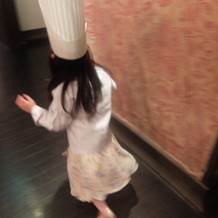 ケーキワゴンを運ぶお手伝いの子供