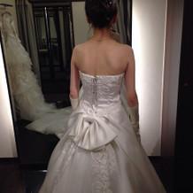 後ろに小さなリボンがついてるドレス。