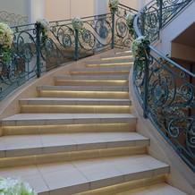 階段からの登場は定番だけど開放感あり!