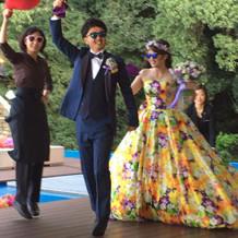 紫のタオルを回し踊りながら登場