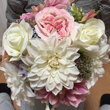 ブーケは地元の花屋さんでつくりました。