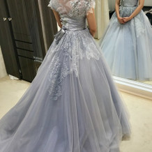 流行りのくすみカラーのドレスもあります