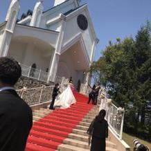 外には大階段があります