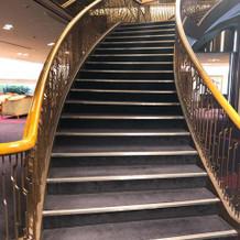 階段でウエディングドレス姿の写真撮影可