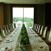 テーブルの装花もスタイリッシュ。