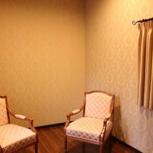 チャペルにて新郎新婦 父母の控え室