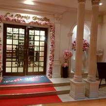 入り口 ピンクの花は常に飾ってます