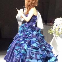 濃いブルーのドレス