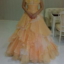 淡いオレンジのドレス