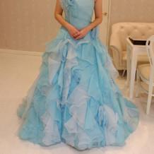 シンプルなブルーのドレス