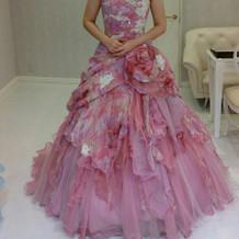 生地が珍しいピンクのドレス