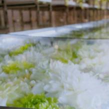 季節の花が見えるガラスのバージンロード