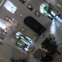 天井の高い入り口