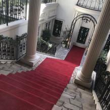 赤いカーペットのチャペル前