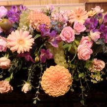 新郎新婦が座る、高砂の装花です