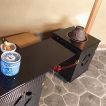 お茶室、靴を脱がなくても入れる部屋の茶釜