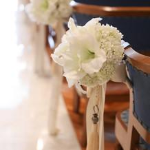 チャペルの椅子には造花が飾られています