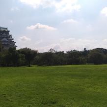 広々とした芝生に大阪城が映えます