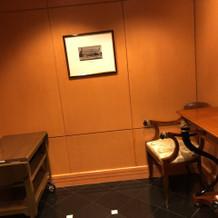 披露宴会場入り口には鏡と絵画があります