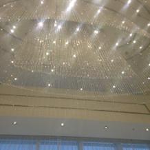 天井のクリスタルがキラキラ輝いてます