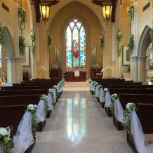 天井が高く、美しいステンドグラス