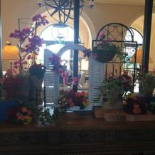 季節ごとに変わるホテル入り口のお花