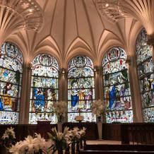 大聖堂のステンドグラスと高い天井