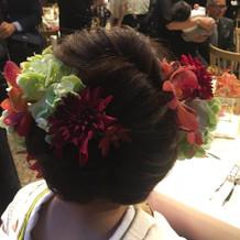 花屋さんに頼んだヘア飾り。生花で。