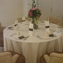 披露宴会場、テーブル